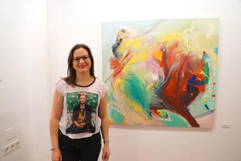 Antonia Blanco junto a una de sus obras en la inauguración