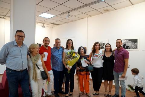 Antonia Blanco junto a sus amigos en la inauguración de la exposición